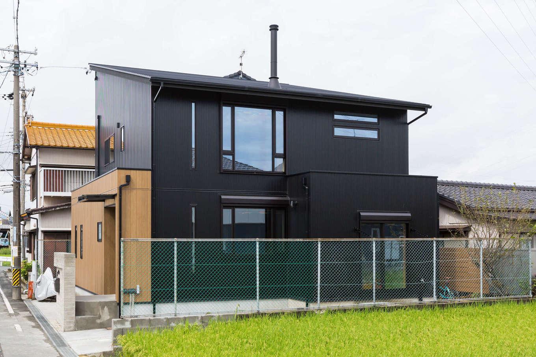河合工務店【デザイン住宅、趣味、インテリア】黒のアルミサイディングが存在感を放つシンプルでかっこいいデザインの外観