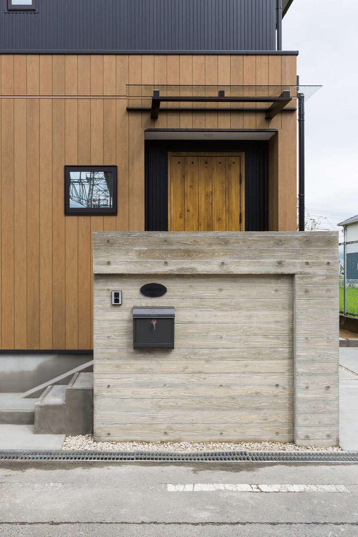 河合工務店【デザイン住宅、趣味、インテリア】ヴィンテージ調の木質感あふれる門柱が、シンプルな外観に暖かみを添える