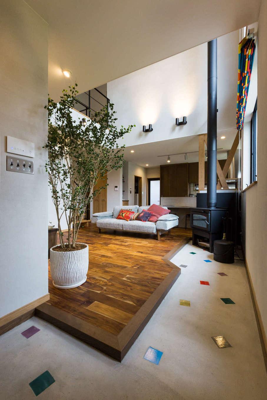 河合工務店【デザイン住宅、趣味、インテリア】玄関ドアを開けると広がる土間は原色のタイルが可愛らしく、薪ストーブがお客様をお出迎え