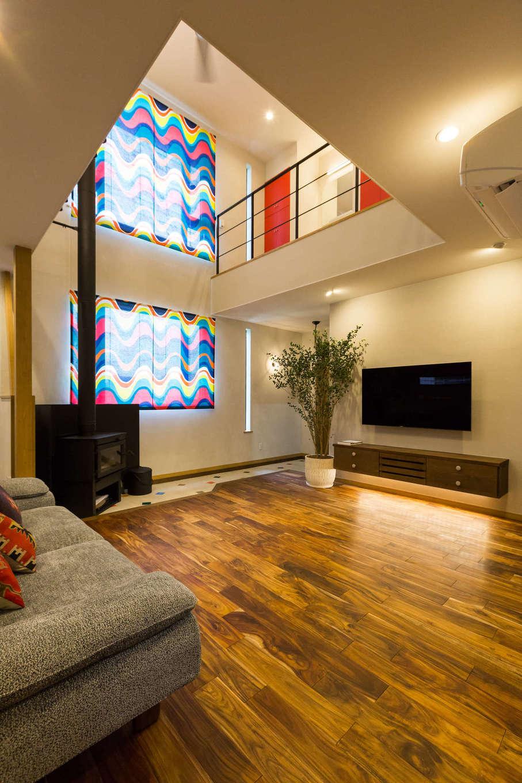 河合工務店【デザイン住宅、趣味、インテリア】モダンシックなアカシアの床とシラス壁に、スウェーデン製の華やかなロールカーテンがよく映えると共に、TVボード下等の間接照明がほっとする空間を彩る