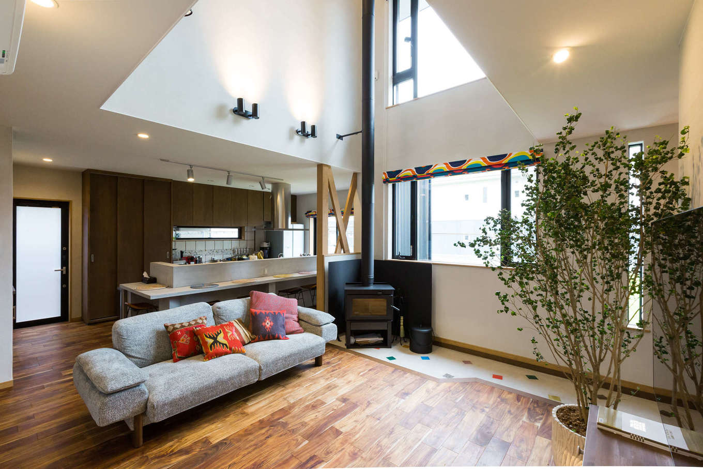 河合工務店【デザイン住宅、趣味、インテリア】憧れの吹き抜けはリビングに開放感と明るさを吹き込み、大勢の来客も癒される空間に