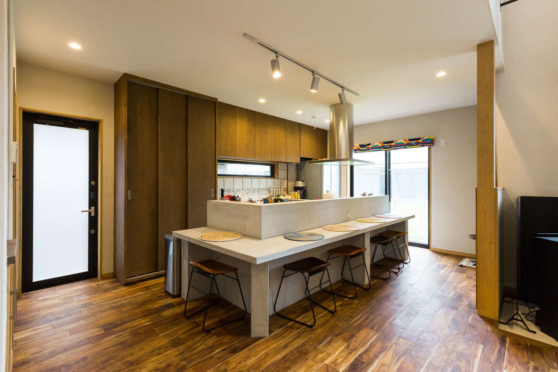 河合工務店【デザイン住宅、趣味、インテリア】作り立ての料理をその場で手に取り食べられる居酒屋形式のダイニングキッチン。