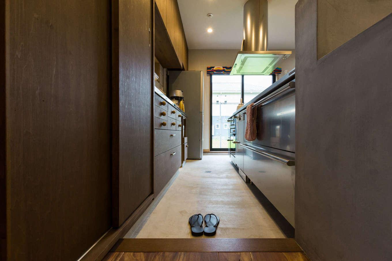 河合工務店【デザイン住宅、趣味、インテリア】調理師でもあるご主人と料理好きの奥様がこだわり抜いたキッチンの土間と、使いやすく緻密に計算された造り付けの収納棚。