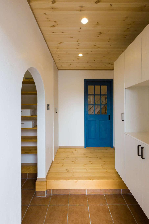 玄関に入ると左側にはアーチ型の土間収納があり、いつでもスッキリ