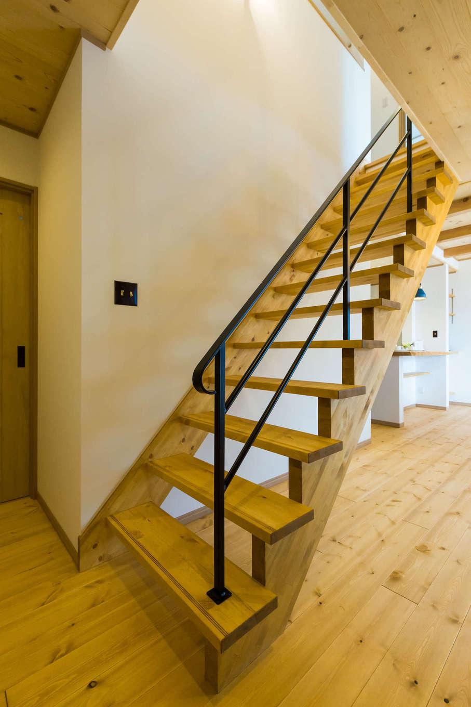 黒い手すりが映えるスケルトン階段。お部屋がより広く見える