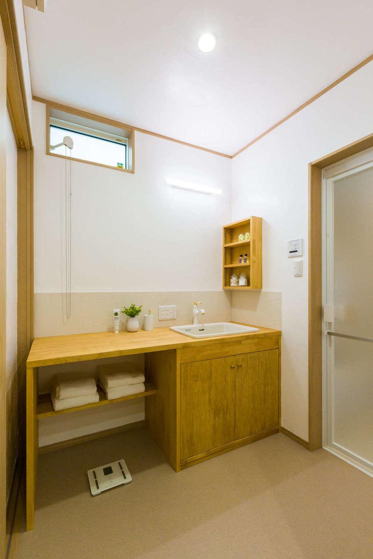洗面台を広くとることで作業スペースにもなります。お手入れもラクラク