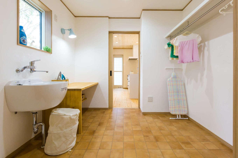 奥さまの作業がラクラク。家事動線を考えたキッチンからの洗面所