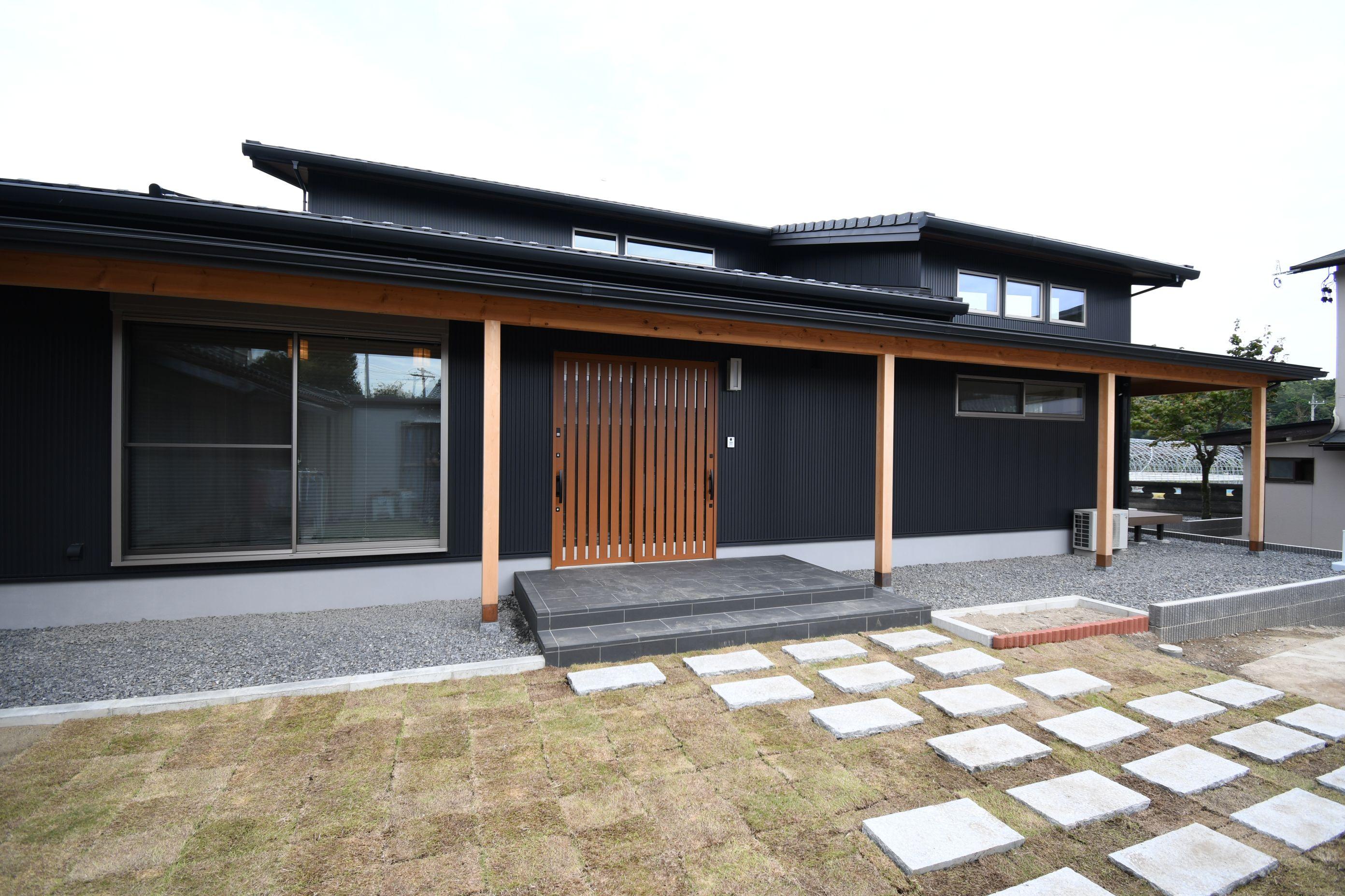 丸七建設興業【デザイン住宅、高級住宅、間取り】黒のガルバリウム鋼板が印象的