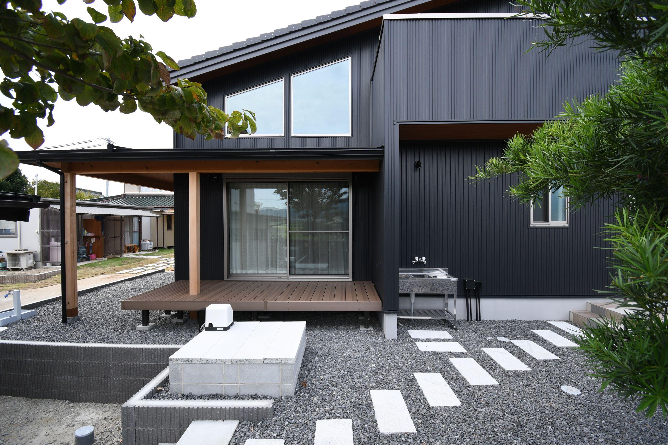 丸七建設興業【デザイン住宅、高級住宅、間取り】洗練されたデザインの外観。玄関に向かうアプローチが上質な時を刻む