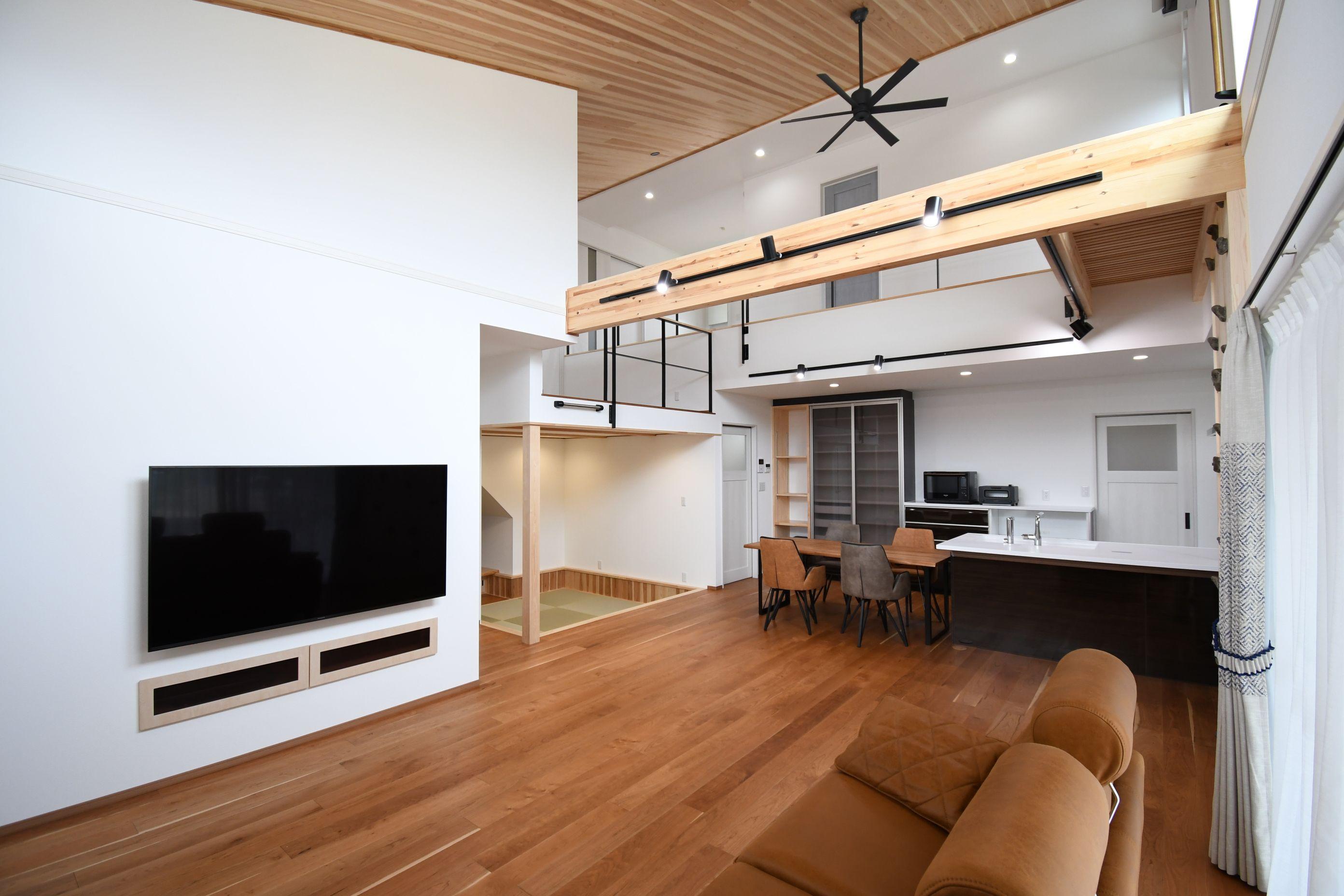 丸七建設興業【デザイン住宅、高級住宅、間取り】吹き抜けのある大空間のLDK。実際以上の広さを感じる見事な設計