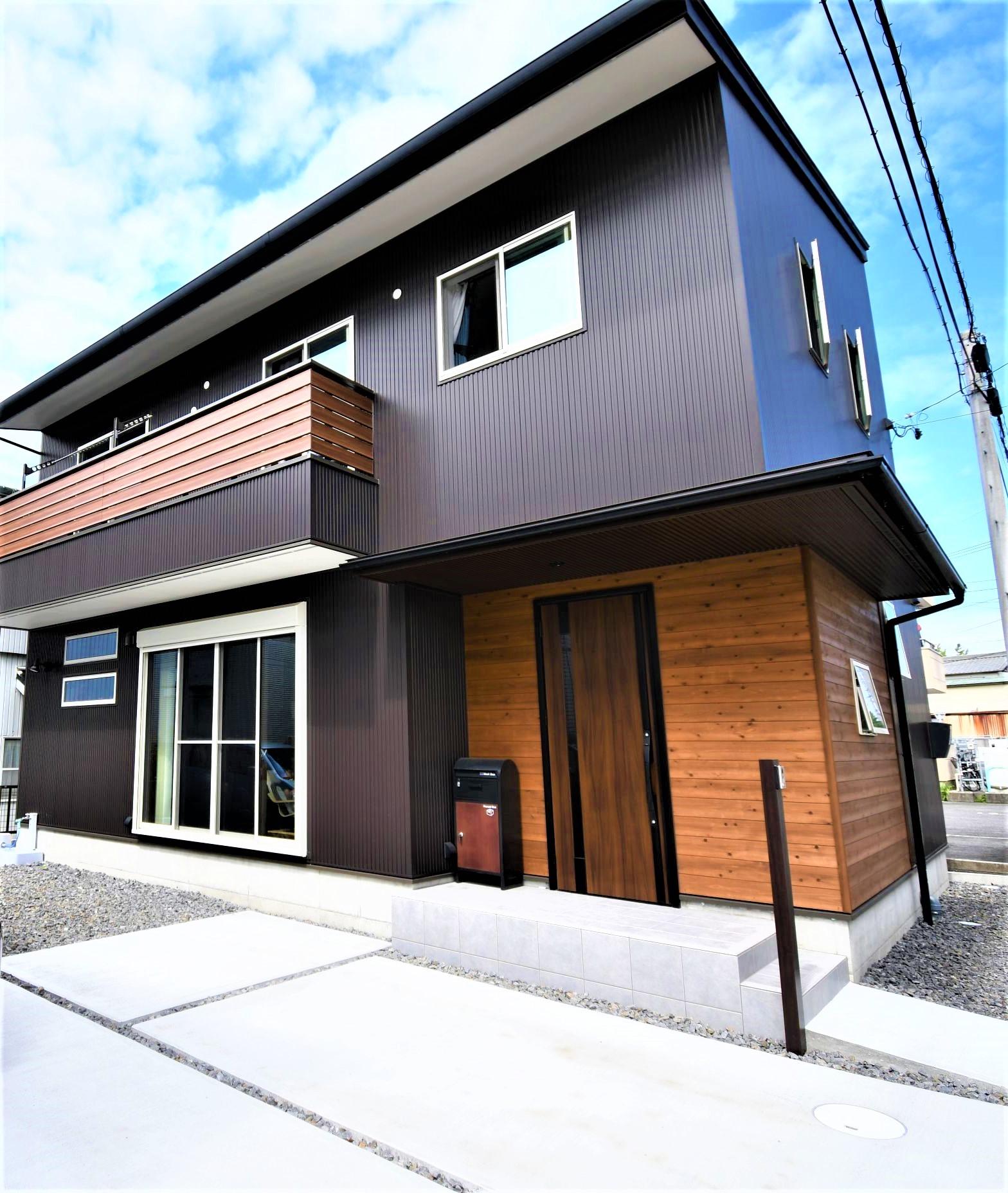 丸七建設興業【デザイン住宅、間取り、インテリア】木目のアクセントが効いた存在感のある外観