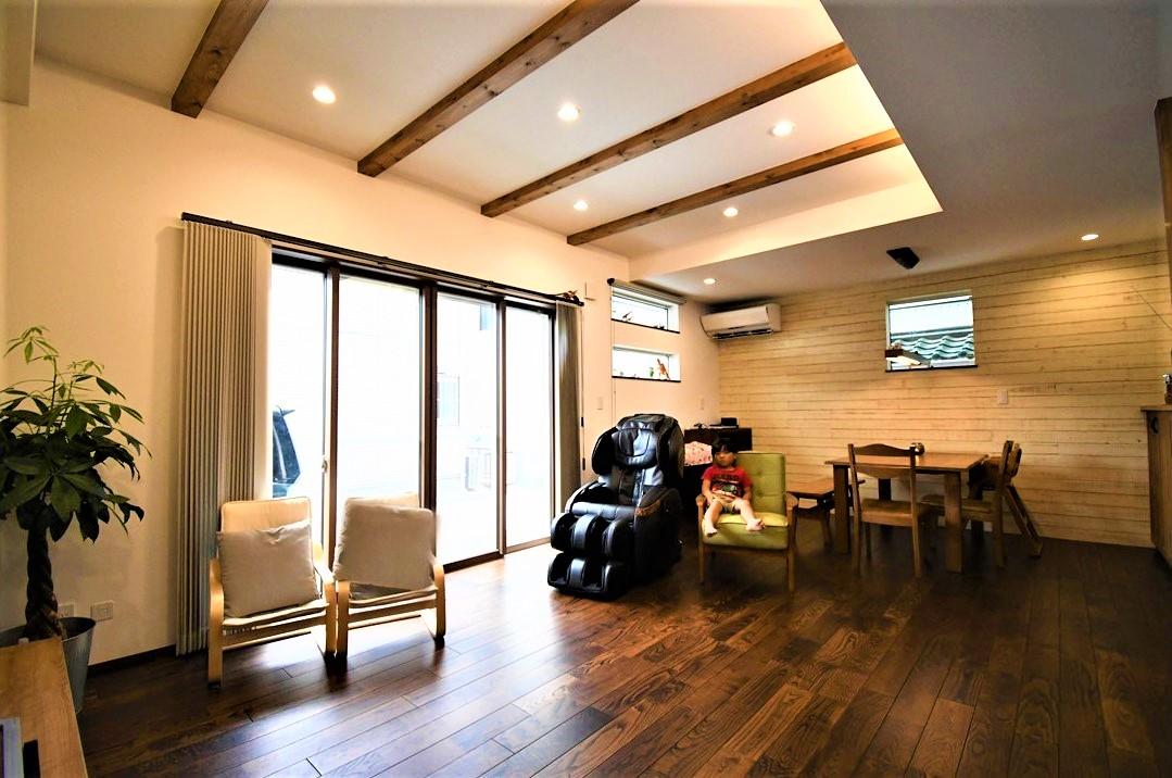 丸七建設興業【デザイン住宅、間取り、インテリア】開放的なLDK。天井は間接照明で照らし空間をより開放的に演出
