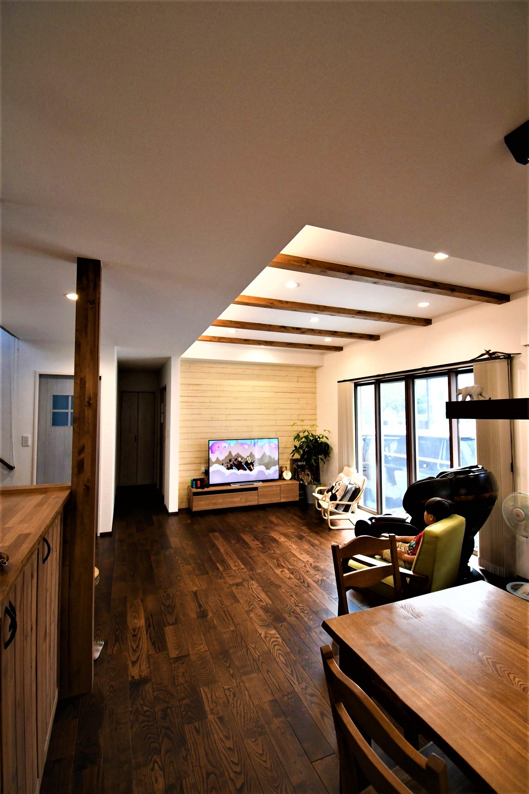 丸七建設興業【デザイン住宅、間取り、インテリア】化粧梁と木目の柱がアクセント