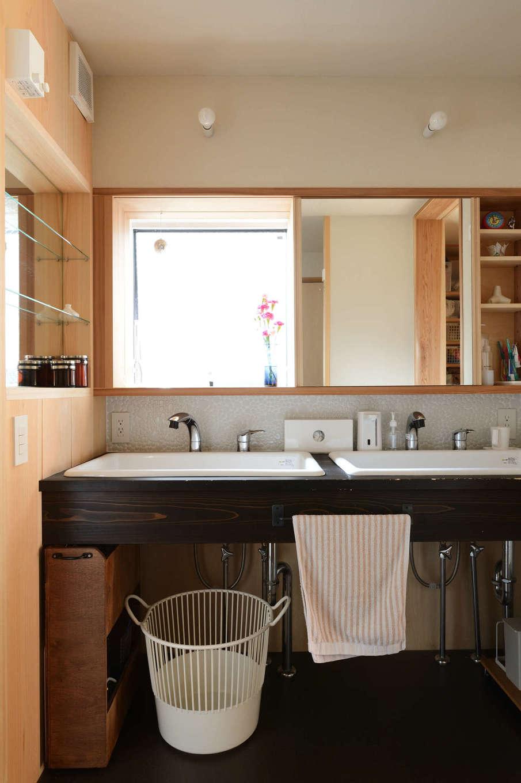 石牧建築【自然素材、狭小住宅、建築家】キッチンと浴室の中間に位置する洗面脱衣室。洗面台は漆塗り仕上げ。女性が多い家族なので、朝の混雑解消を目的に深底シンクを2つ設けた(実際は、ご主人がいちばん長い時間使用している)。鏡の下のタイルは、石牧社長と多治見のタイルミュージアムまで足を運んでセレクトしたもの