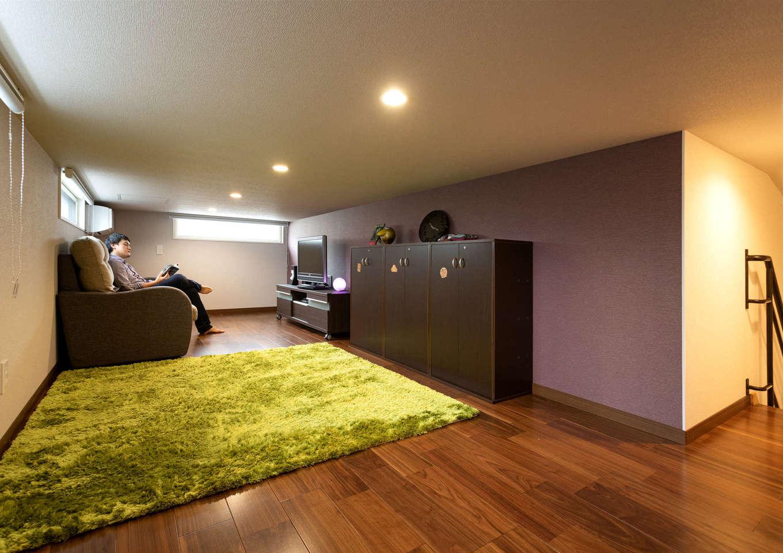 17畳の小屋裏収納は、映画や漫画好きなご主人の隠れ家。天井高1400mm以下で、固定資産税の対象にならないのが嬉しい。雛人形もここに収納できるので、1階の収納スペースにも余裕がある。全館空調により、1階との温度差がなく夏も冬も快適に過ごせる