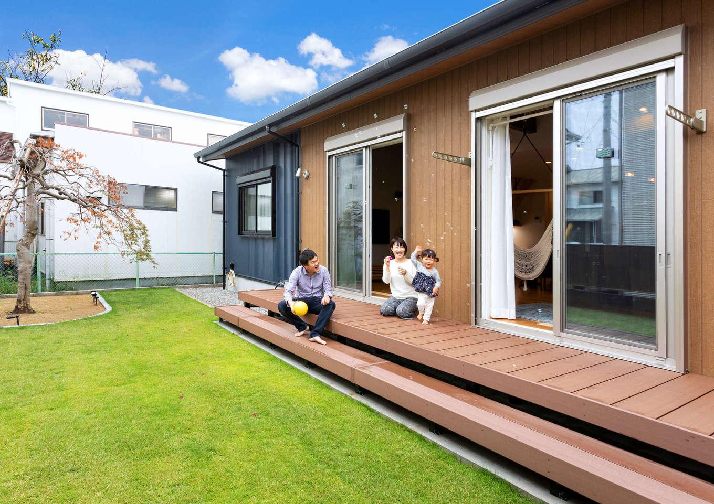 Yamaguchi Design 【省エネ、間取り、平屋】南側に芝生の庭と憧れのウッドデッキを設け、BBQや子どもプールを存分に楽しむ。祖母の代から植わっていた紅葉のシンボルツリーが家族の成長をやさしく見守る