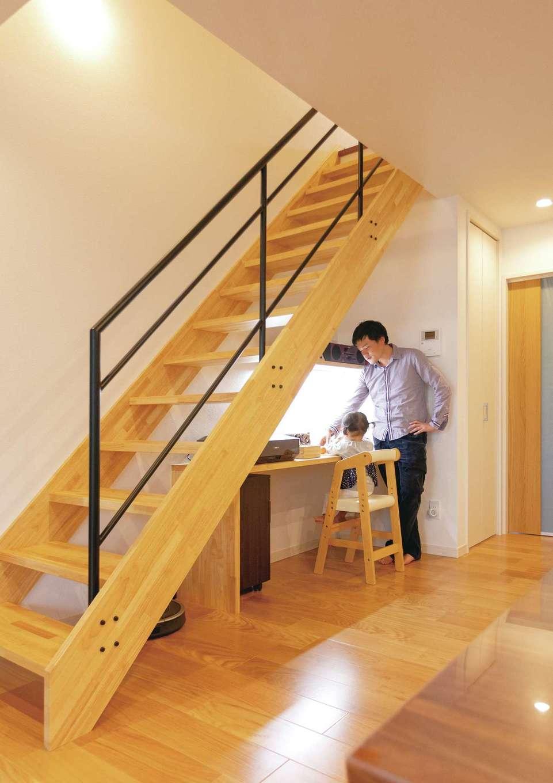 安全を考えて角をRにするなど、やさしい印象に仕上げたスケルトンのリビング階段。デッドスペースを活かして造作したカウンターは、将来のスタディコーナーに