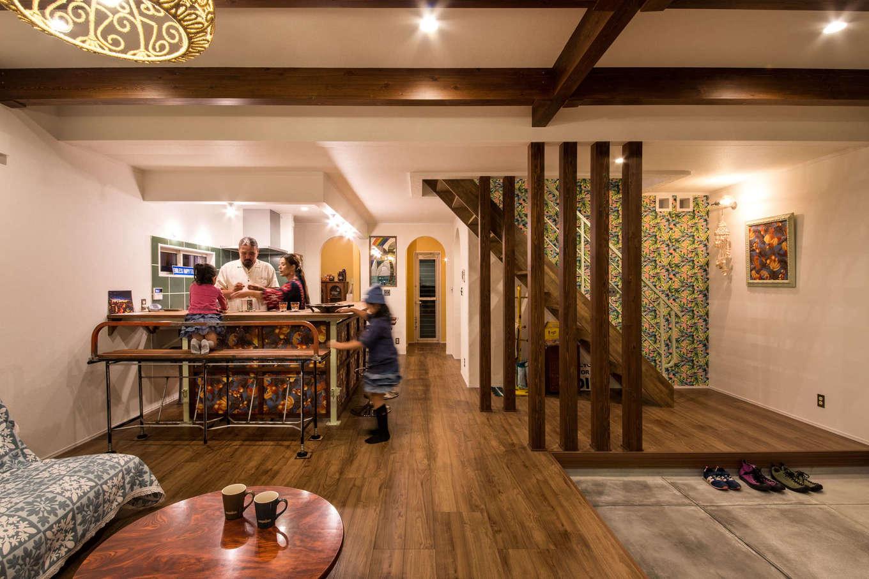 Yamaguchi Design 【デザイン住宅、趣味、インテリア】無垢の床と土間のコントラスト、階段のアクセントクロス、ご主人のお手製のアイアンの手すりとダイニングカウンター、すべてが絶妙にマッチしたハワイアンテイストのLDK。これからもご主人のDIYでさまざまに手を加えていく予定