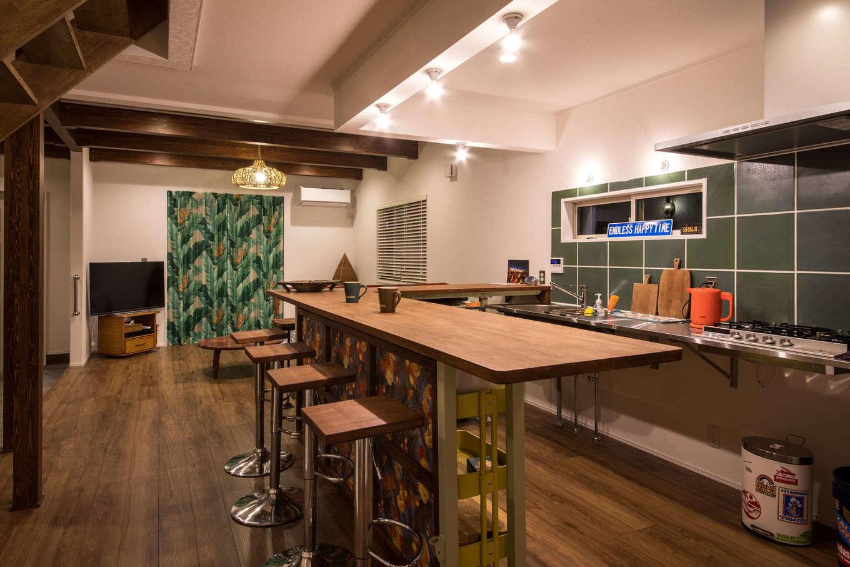 Yamaguchi Design 【デザイン住宅、趣味、インテリア】ご主人のDIYによるカウンタースペース。アイアンの脚の部分は階段と同じ色で揃えてある。友人や仲間を招く際も、ダイニングカウンターが団らんの場として活躍