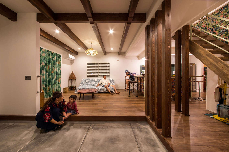 Yamaguchi Design 【デザイン住宅、趣味、インテリア】『Yamaguchi Design』のモデルハウスを真似て取り入れた土間スペース。「最初は特に用途を考えず、ただ雰囲気が気に入って取り入れたんですが、実際に暮らし始めると、DIYの作業場をはじめ、娘たちの遊び場やダンスの練習場など、多目的に使えてとても便利です」とご主人