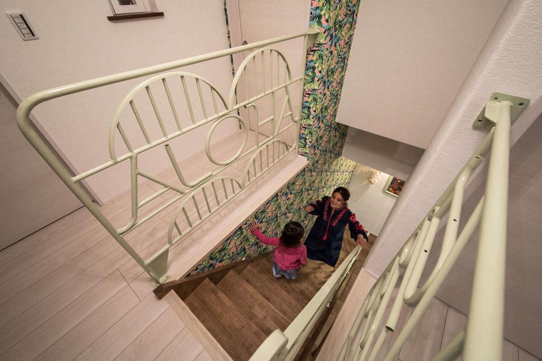 Yamaguchi Design 【デザイン住宅、趣味、インテリア】ご主人は溶接技術をマスターしたので、アイアンの加工もお手のもの。代表作は階段のアイアンの手すり。「ALOHA」と文字をかたどったオリジナリティあふれるデザインが魅力的