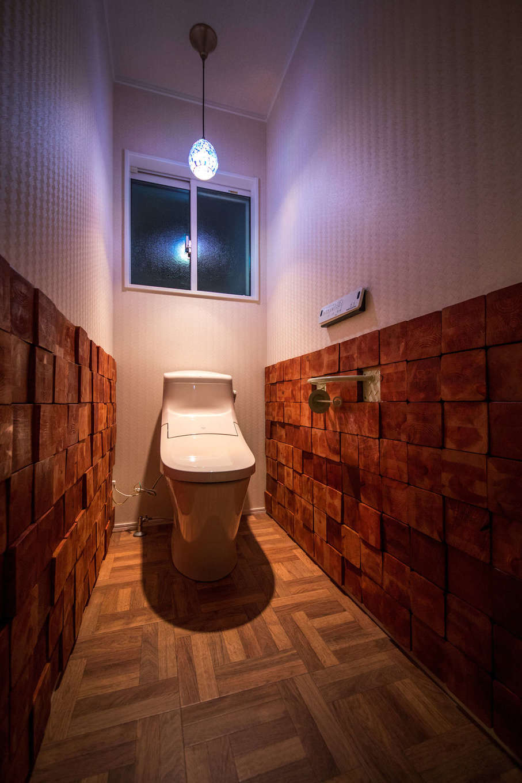 Yamaguchi Design 【デザイン住宅、趣味、インテリア】1階のトイレ。大工さんに分けてもらった柱材の余りをご主人がカットして壁に貼り、個性ゆたかな空間が実現