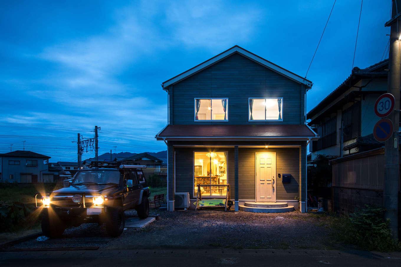 Yamaguchi Design 【デザイン住宅、趣味、インテリア】三角屋根のフォルムが夕景に映える外観。半円形の玄関ポーチが建物の雰囲気とぴったり!庭や駐車場はこれからご主人が手を入れる予定