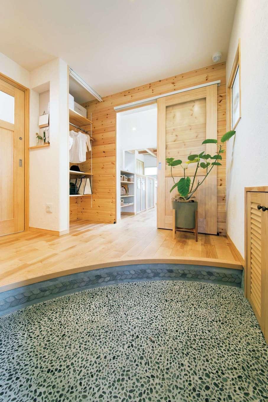 アンシンハウズ【豊田市高丘新町上平地116-6・モデルハウス】無垢材のやさしい香りに癒される洗い出し仕上げの土間玄関。框をRにしたことによって、より広く感じられる