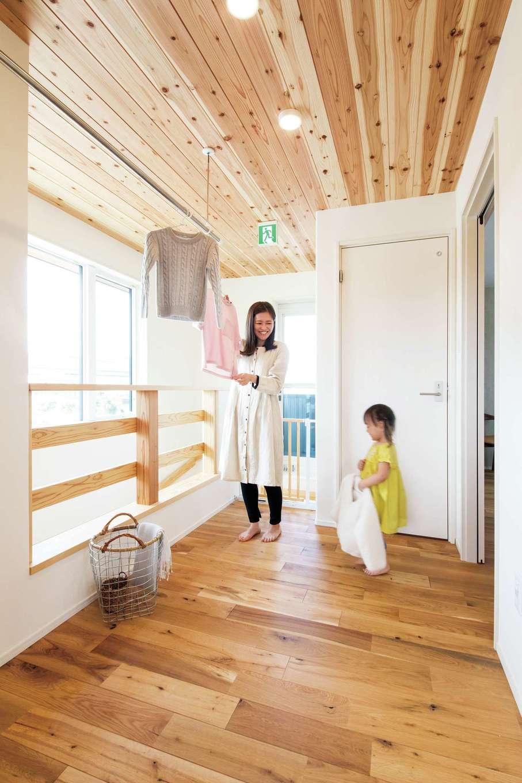 アンシンハウズ【豊田市高丘新町上平地116-6・モデルハウス】部屋干しスペースは、季節や時間帯を問わないのでワーキングママにも好評。上部が木目になっていておしゃれな空間