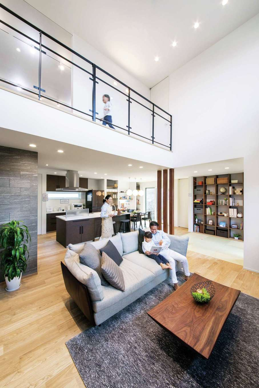 ユートピア建設【岡崎市大門5丁目2番地・モデルハウス】開放感あふれる広々としたLDK。吹抜けを通して2階の気配も感じられるので安心。無垢の木、タイル、アイアン、畳といった異素材がほどよく調和してシンプルモダンな雰囲気に