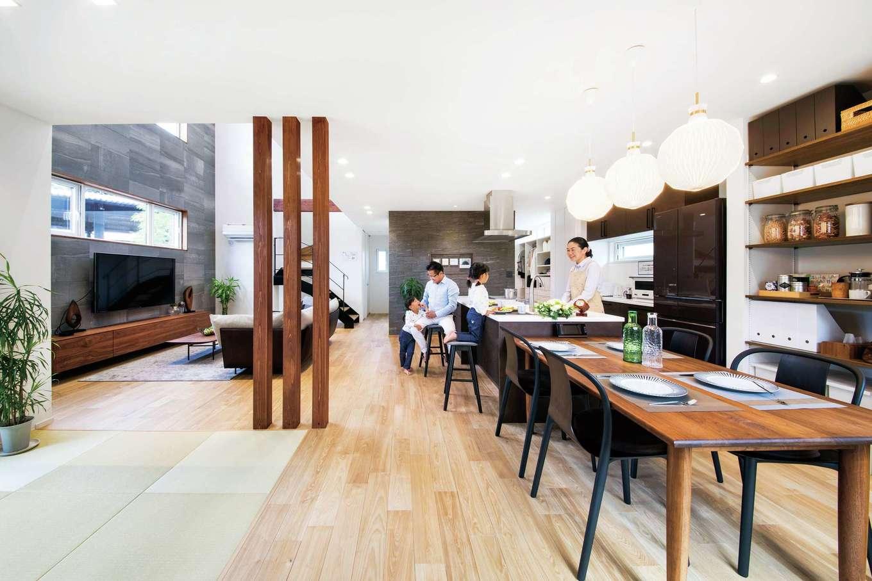 ユートピア建設【岡崎市大門5丁目2番地・モデルハウス】センターキッチンの天井を抑え、リビングを吹抜けにしたことで視界が広がり、より開放感を増す