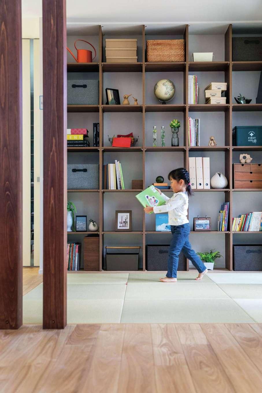 ユートピア建設【岡崎市大門5丁目2番地・モデルハウス】リビング横にあるファミリーライブラリーは、読書とお片づけする習慣が自然と身につく