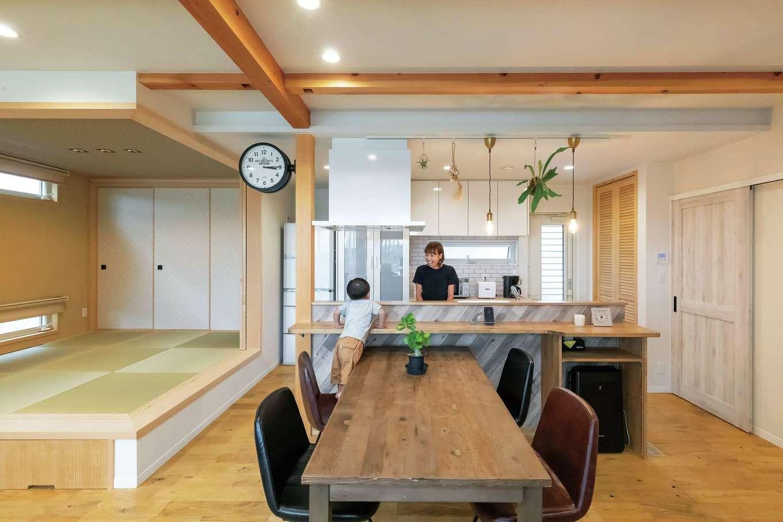 ソーラーホーム/OMソーラーの家【デザイン住宅、省エネ、間取り】アイランドキッチンを中心にぐるぐると回遊できる間取り。小上がりの畳コーナーは間仕切りも可能で、多用途に使える