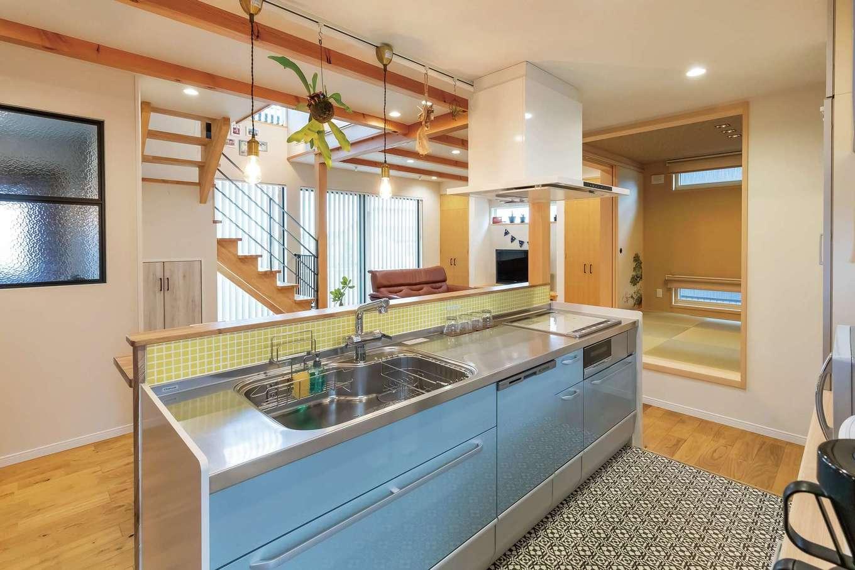 ソーラーホーム/OMソーラーの家【デザイン住宅、省エネ、間取り】家族がどこにいても見える場所にキッチンを配置。水回りへの動線も近くて便利。アイアンのフレームとチェッカーガラスがアクセントに