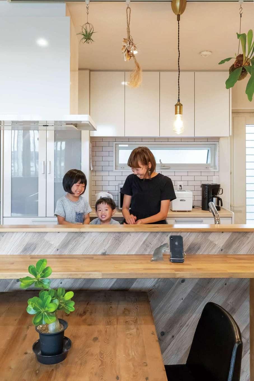ソーラーホーム/OMソーラーの家【デザイン住宅、省エネ、間取り】造作のキッチンカウンターが子育てママの家事負担を軽減