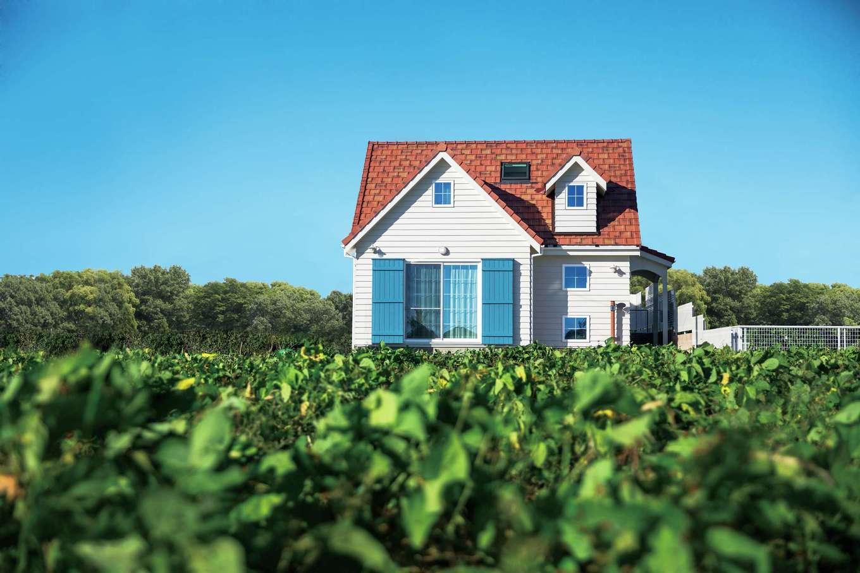 スカイグラウンド【デザイン住宅、子育て、趣味】白のラップサイディングの外壁と、テラコッタカラーの洋瓦が緑の風景に映える外観。鎧戸を青くすることで室内の雰囲気との統一感も持たせた