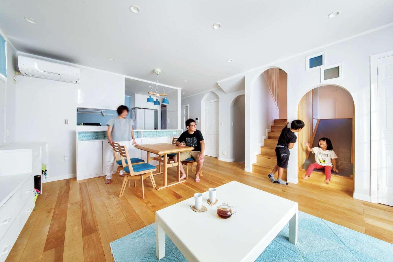 スカイグラウンド【デザイン住宅、子育て、趣味】室内はバーチの無垢と紙クロスを用いた自然素材の空間。断熱材も再生紙を用いたセルロースファイバーを使用し、体にやさしい住まいを実現