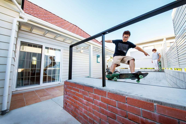 スカイグラウンド【デザイン住宅、子育て、趣味】中庭のランプ(斜面のある練習場)は、夫妻がスケートボードをいつでも楽しめる場所