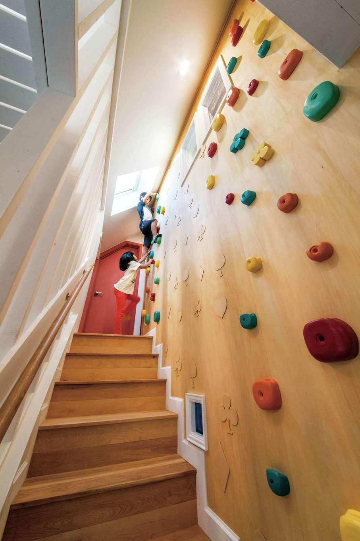 スカイグラウンド【デザイン住宅、子育て、趣味】階段の壁のボルダリングをよじ登って秘密基地へ。木製のホールドは同社の手作り