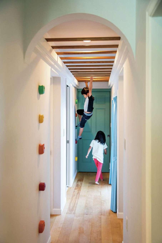 スカイグラウンド【デザイン住宅、子育て、趣味】子どもたちは朝晩寝室を出入りする度に「うんてい」を渡るのが日課