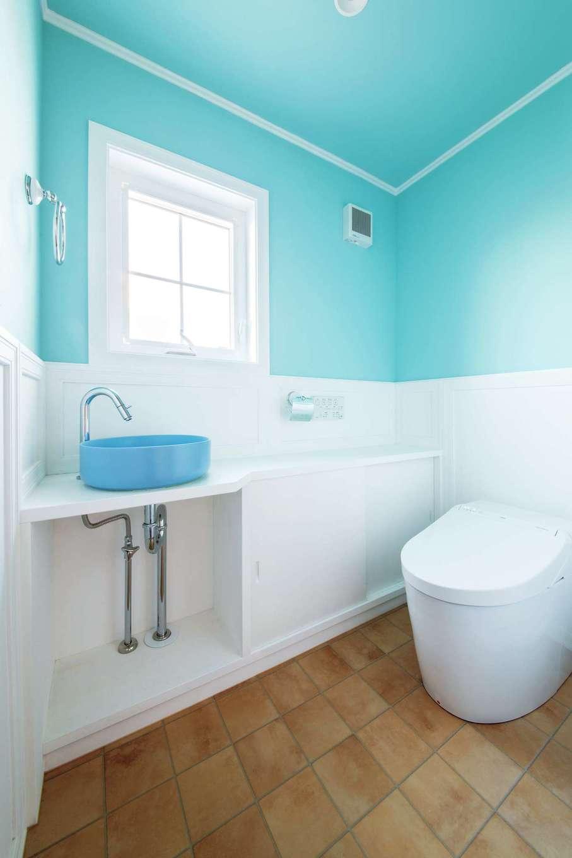 スカイグラウンド【デザイン住宅、子育て、趣味】トイレも室内と同様に白×ブルーで統一し、フレンチスタイルに演出