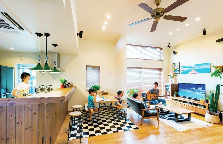 タツミハウジング【デザイン住宅、子育て、インテリア】高天井のリビングダイニングは開放感が抜群。ご主人のこだわりのカウンターを中心としたミッドセンチュリーな空間に、最近はハワイアンテイストをプラス