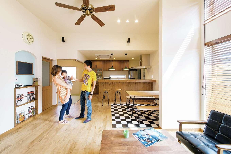 タツミハウジング【デザイン住宅、子育て、インテリア】新築直後のLDK。当時に比べて写真①の現在の床はかなり色艶が増した。ママに抱っこされた当時2歳のご次男も今では6歳。すこやかな木の空間で子どもたちがすくすくと成長している