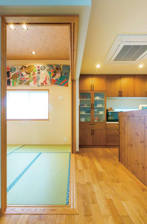 タツミハウジング【デザイン住宅、子育て、インテリア】キッチンの隣の和室はお子さまの誕生を祝う祭り凧を飾るため天井を高くした