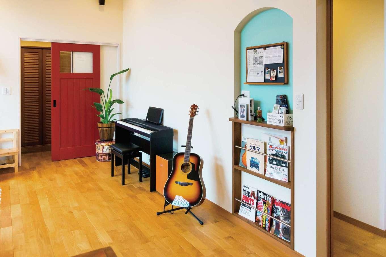 タツミハウジング【デザイン住宅、子育て、インテリア】室内を楽しく彩るニッチとマガジンラック。壁の後ろの廊下から玄関を経由して家中をぐるぐる回り、子どもたちが毎日元気よく遊んでいるそう