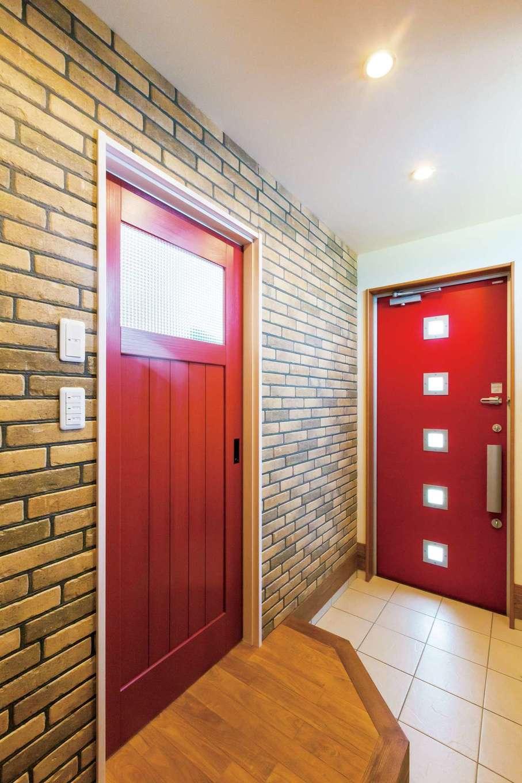 タツミハウジング【デザイン住宅、子育て、インテリア】玄関ホールの壁には外壁用のサイディングを張りワイルド感を演出