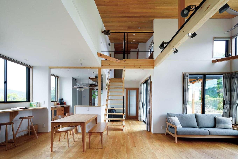檜建設 エニーホーム【デザイン住宅、趣味、建築家】四方から風が通り抜けるリビングダイニング。外からの視線が気にならないよう、道路側は窓の位置を高くしているため、カーテンなしで暮らすことができる