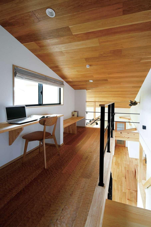 檜建設 エニーホーム【デザイン住宅、趣味、建築家】階段を上がった先にある読書スペース。床にはスプーンカット加工が施されているため、足触りが心地いい