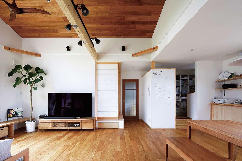 檜建設 エニーホーム【デザイン住宅、趣味、建築家】テレビの横にある障子を開けると小上がりの和室、向かいはご主人の書斎になっている