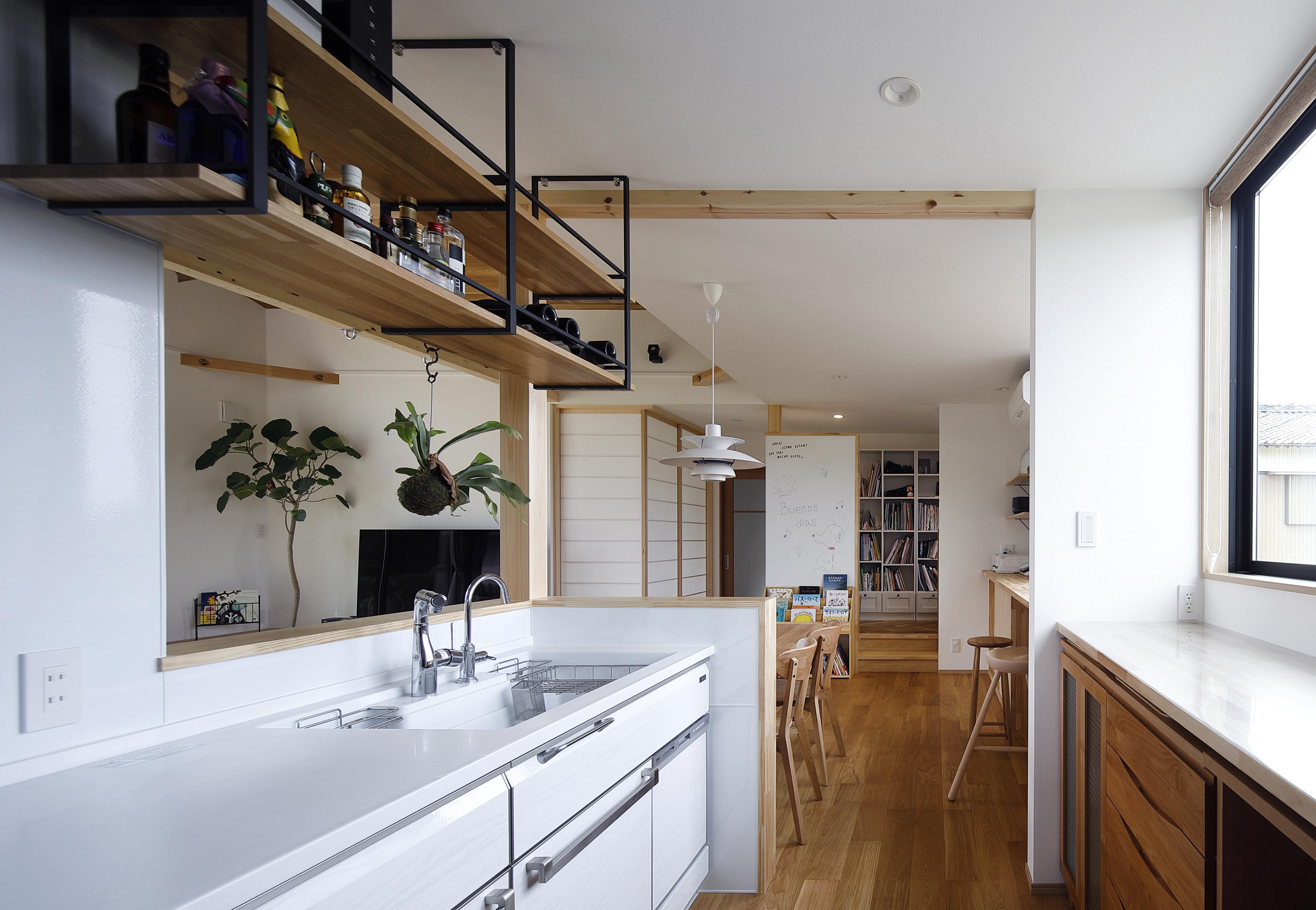 檜建設 エニーホーム【デザイン住宅、趣味、建築家】キッチンは日当たりも良く、ダイニングが隣にあるためスムーズに食事をすることが出来る